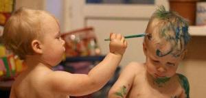 Niño pintando a otro