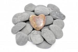 8755539-un-monton-de-piedras-un-solo-corazon-posicionada-sobre-un-fondo-blanco1-300x199